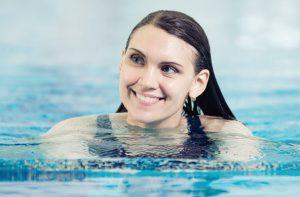 Jak si chránit vlasy při plavání v bazénu? Mám tu pro vás několik tipů!